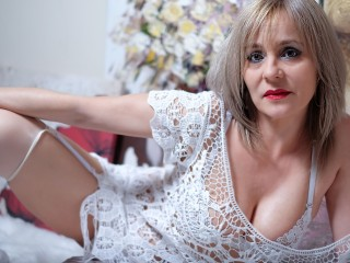 Messenger chat with mature EmilyLowe wants single guys for play time