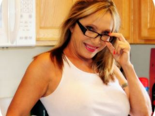 Cam chat with mature Luna_Azul craves dildo play time